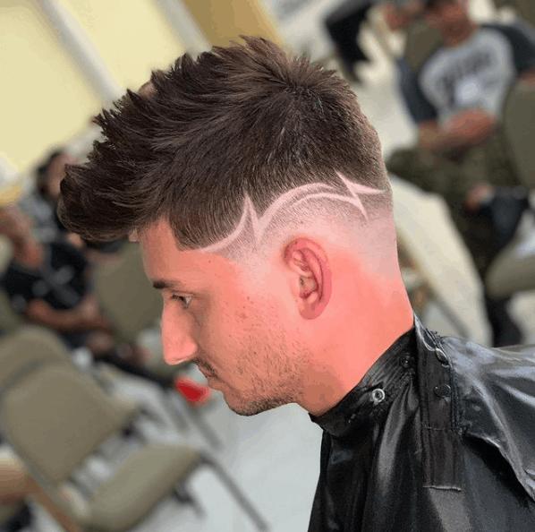 Corte com risco no cabelo