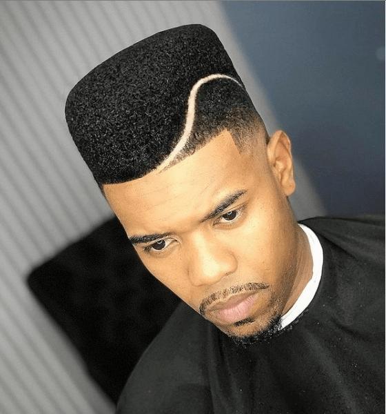 Corte com risco no cabelo masculino